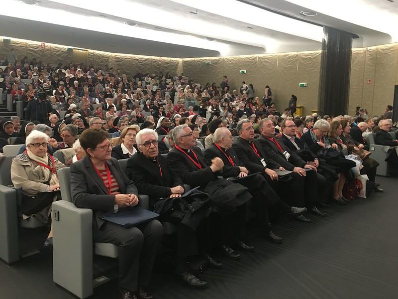 Obispos presentes en el aula