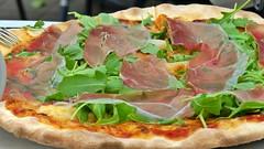 Pizza mit Speck und Rucola