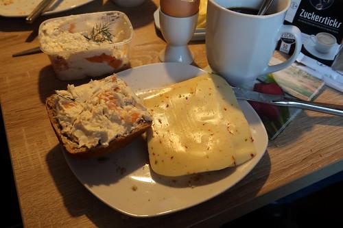 Lachsfrischkäse und Paprikakäse auf Brötchen