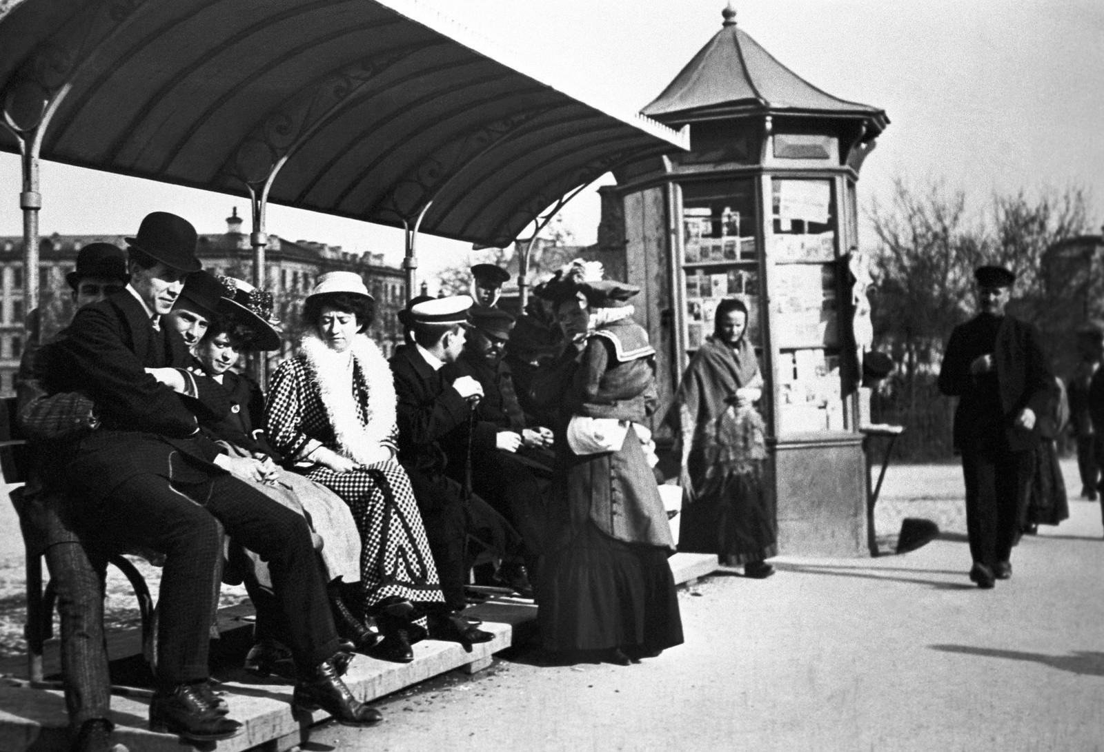 Болотная площадь. Пассажиры на трамвайной остановке. 1913