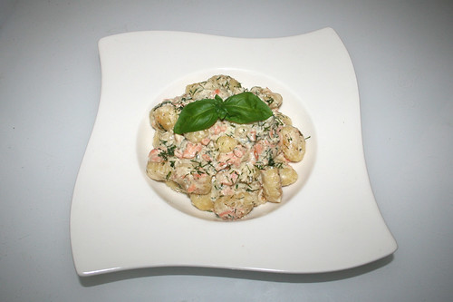 21 - Gnocchi with smoked salmon in cream cheese sauce - Served / Gnocchi mit Räucherlachs in Frischkäsesauce - Serviert