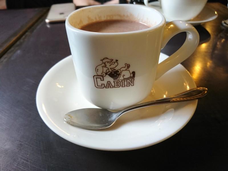 珈琲艇キャビンで飲んだホットココアの写真です。ポパイのイラストにキャビンの文字が入っているおしゃれなコップ。