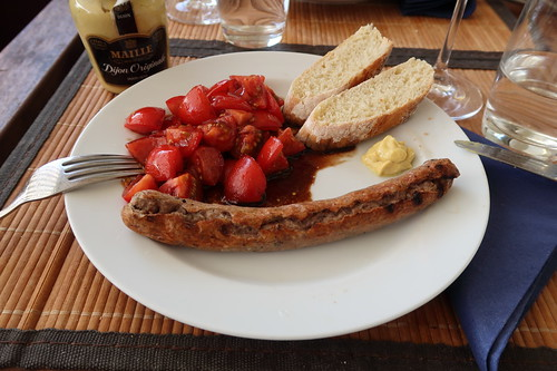 Lammbratwurst mit Senf, Tomatensalat und Baguette