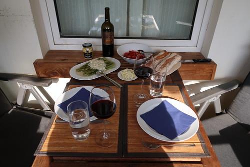 Grillen auf unserem Balkon (Tischbild mit Wein und Beilagen)