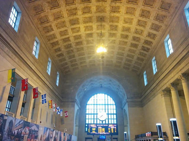 Looking up and east #toronto #unionstation #greathall #arch #flags #architecture