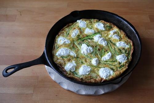 Frittata mit grünem Spargel und Ziegenkäse (frisch aus dem Backofen)