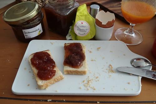 Quittenmarmelade und Erdbeer-Rhabarber-Tonka-Marmelade auf Toast