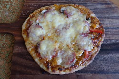 Pizza mit Salami, Champignons und frischer Paprika (gerade aus dem Pizzaofen)