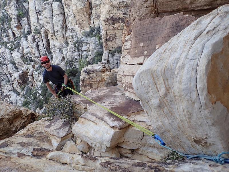 Abseilen von einem sehr suspekten Felsbrocken.