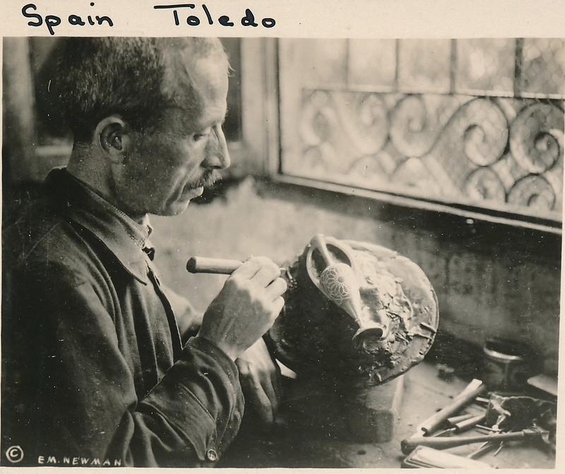 Damasquinador toledano trabajando en su taller hacia 1915. Fotografía de Edward Manuel Newman. Colección de Laura Valeriano y Paco de la Torre.