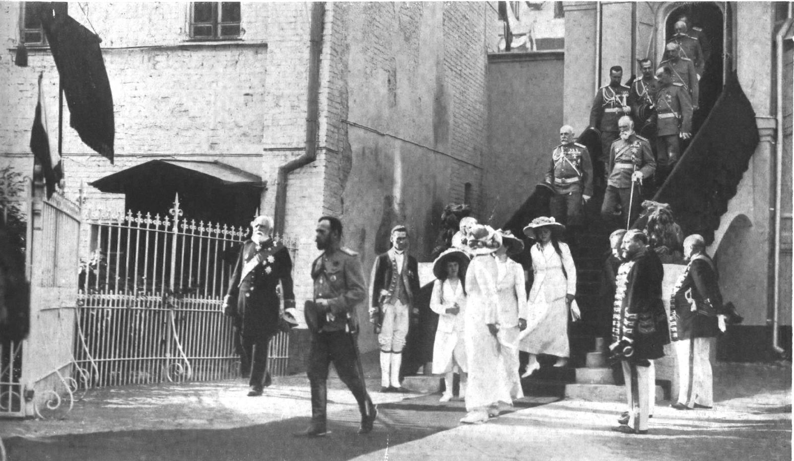 Высочайшее посещение Москвы. Е.И.В. Государь Император с Августейшими Детьми выходит из Палат Бояр Романовых