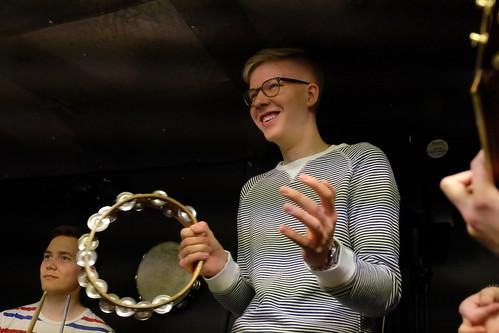 Jonathan Jessen, bas, fast här tamburin