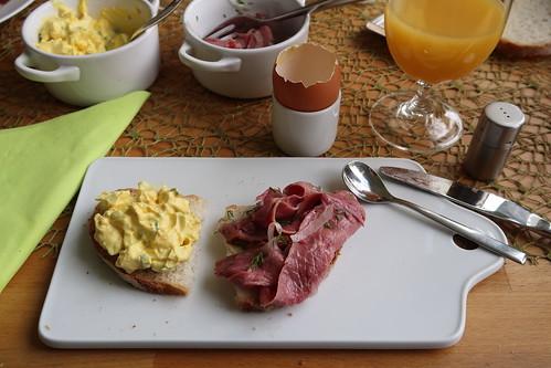 Eiersalat und Zwiebelfleisch auf französischem Landbrot