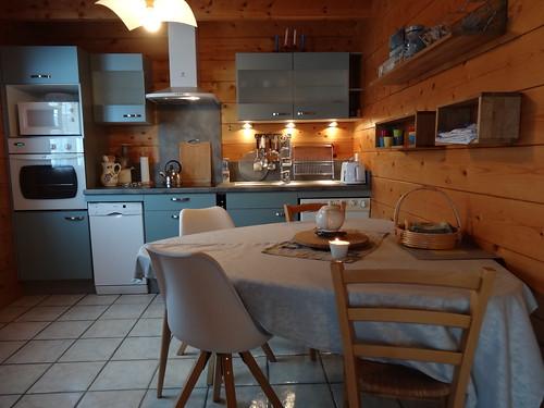 Poêle à bois et cuisine dans un chalet du Jura