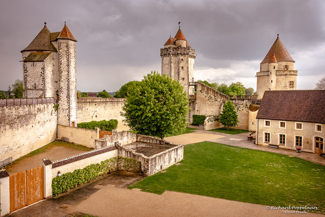 Medieval castle courtyard with towers and wall - Château de Blandy-les-tours (Blandy-les-Tours/FR)