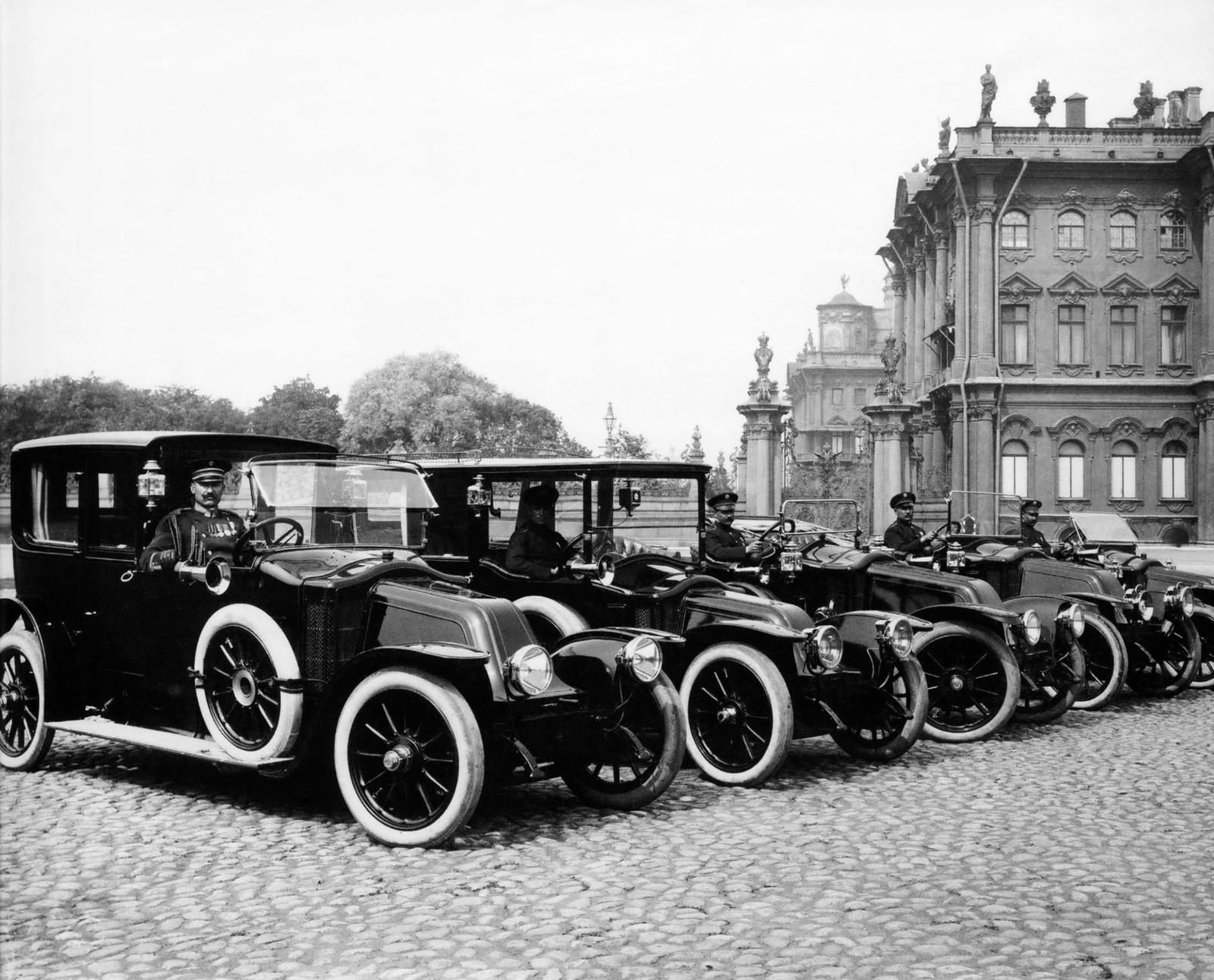 Автомобили фирмы «Рено» на Дворцовой площади. 1913