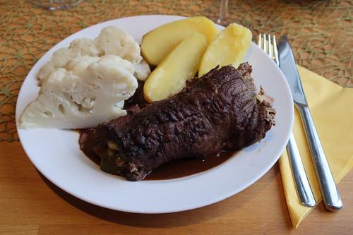 Pferdefleischrouladen mit Salzkartoffeln und Blumenkohl (mein Teller)