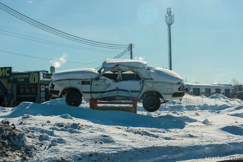 """Битая """"Волга"""" около железнодорожного переезда, Кострома"""