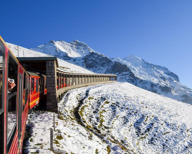 El jungfraubahn atravesando glaciares rumbo al Jungfraujoch