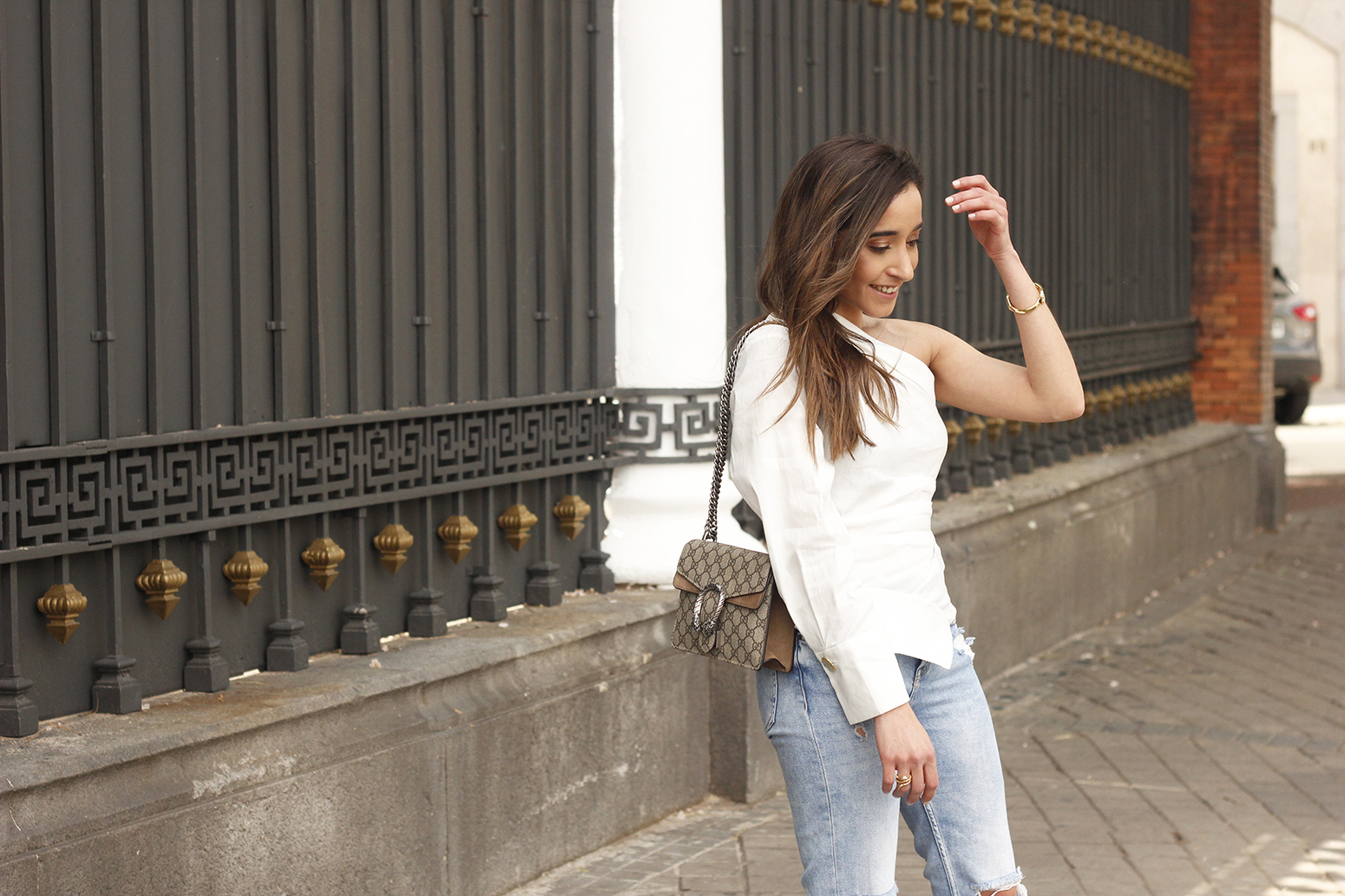 White Asymmetrical Linen Top jeans gucci bag street style outfit 20192