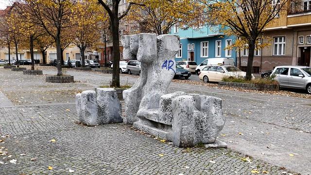 1983/86 Berlin-W. Skulptur von Gerson Fehrenbach Bardiglio-Marmor Kranoldplatz in 12051 Neukölln