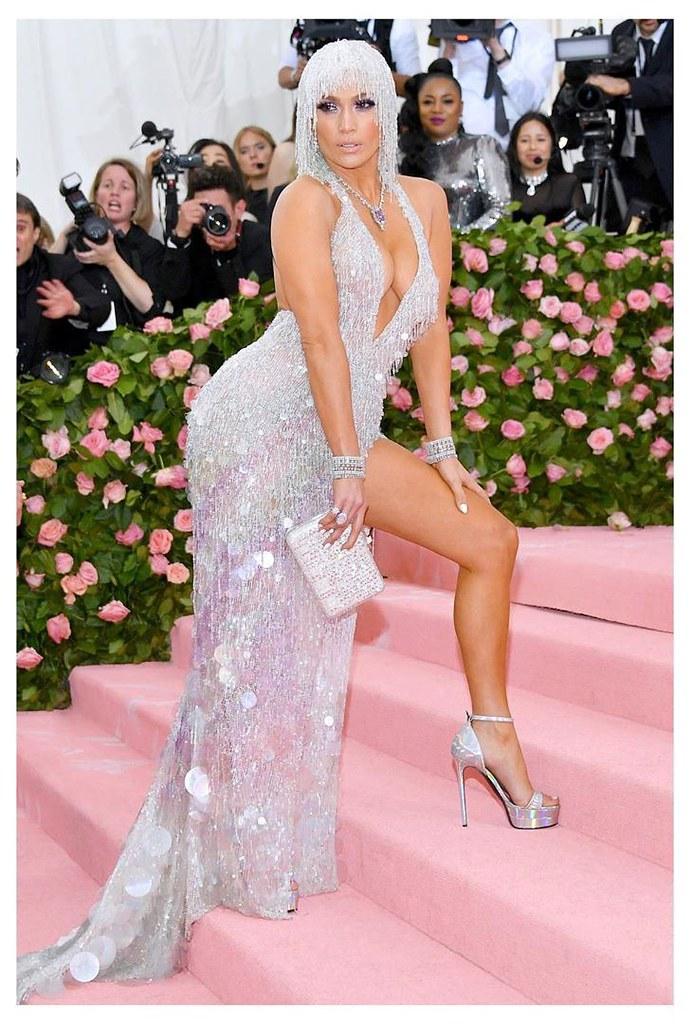 Дженнифер Лопес в платье Versace на Met Gala 2019