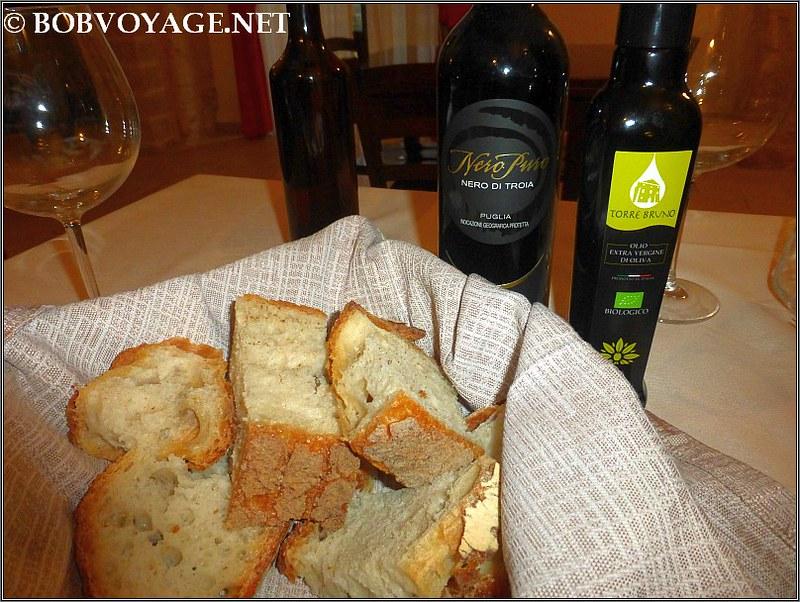 חתיכות לחם, שמן ויין מקומיים בארוחת הערב הראשונה שלנו ב- Torre Bruno