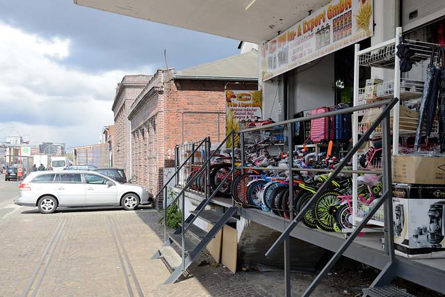 6173  Bilder aus dem Hamburger Stadtteil Rothenburgsort - Bezirk Mitte. Ehemaliges Lagergebäude mit Laderampe an der Billstraße, die einzelnen Tore werden jetzt von Geschäften für den Direktverkauf / Straßenverkauf genutzt.