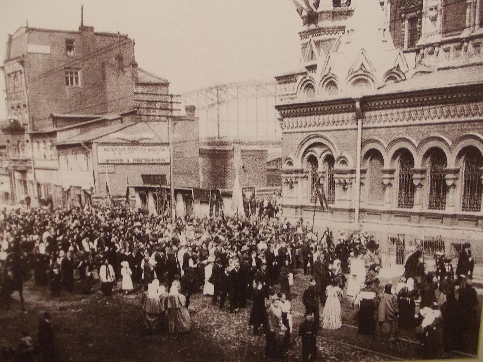 Прихожане во время праздника у Скорбященской церкви. 1913