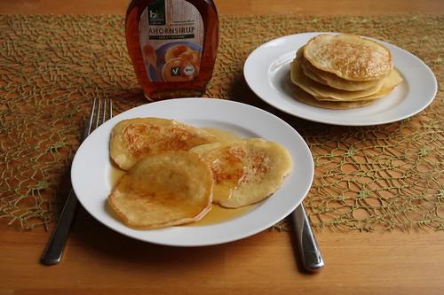 Pancakes mit Ahornsirup zum Frühstück