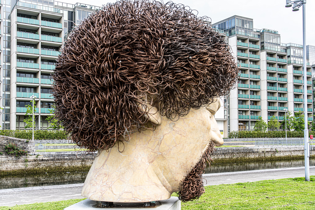 LUKE KELLY SCULPTURE AT GUILD STREET IN THE DOCKLANDS 003