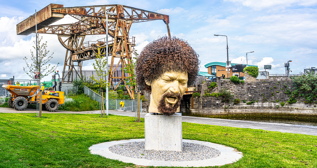 LUKE KELLY SCULPTURE AT GUILD STREET IN THE DOCKLANDS 001