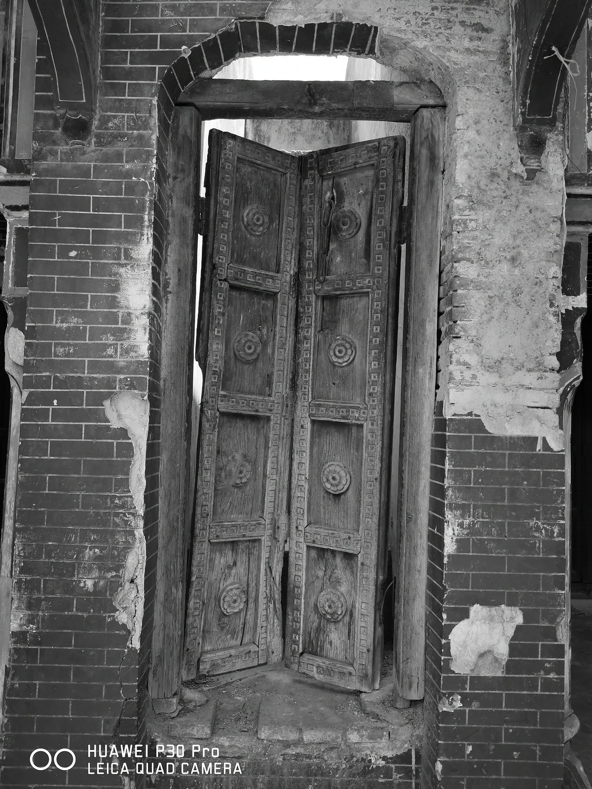 Wooden Door Picture with Monochrome Mode on Huawei P30 pro
