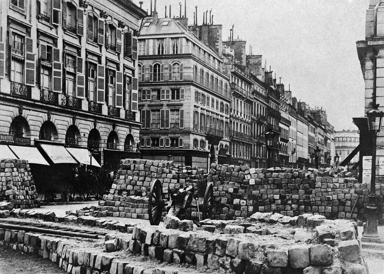 08. 1870. Парижская улица с баррикадой и пушкой во время франко-прусской войны