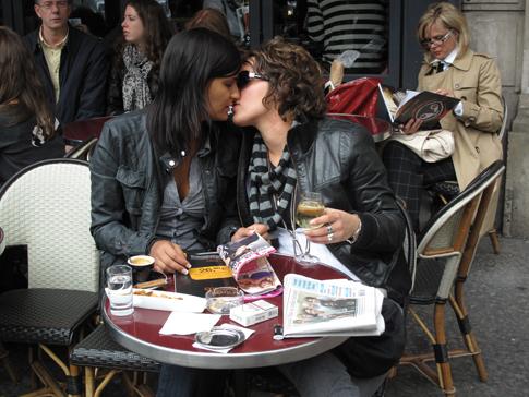 9i15 Beso chicas y paseo Notre Dame varios001 Uti 485