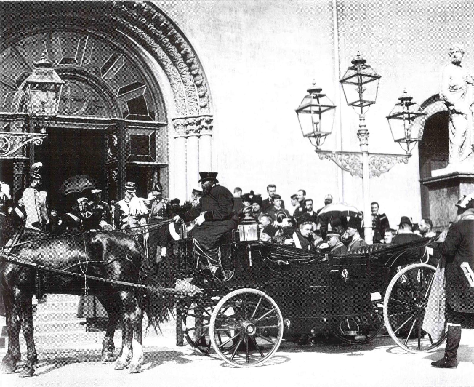 1901. Члены императорской семьи у Петрикирхе после траурной церемонии по германской императрице Виктории - матери Вильгельма II.