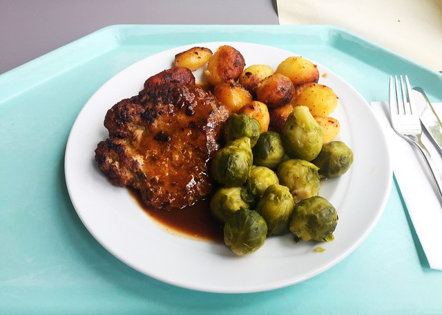 Meatball with brussels sprouts & roast potatoes / Fleischpflanzerl mit Rosenkohl & Röstkartoffeln