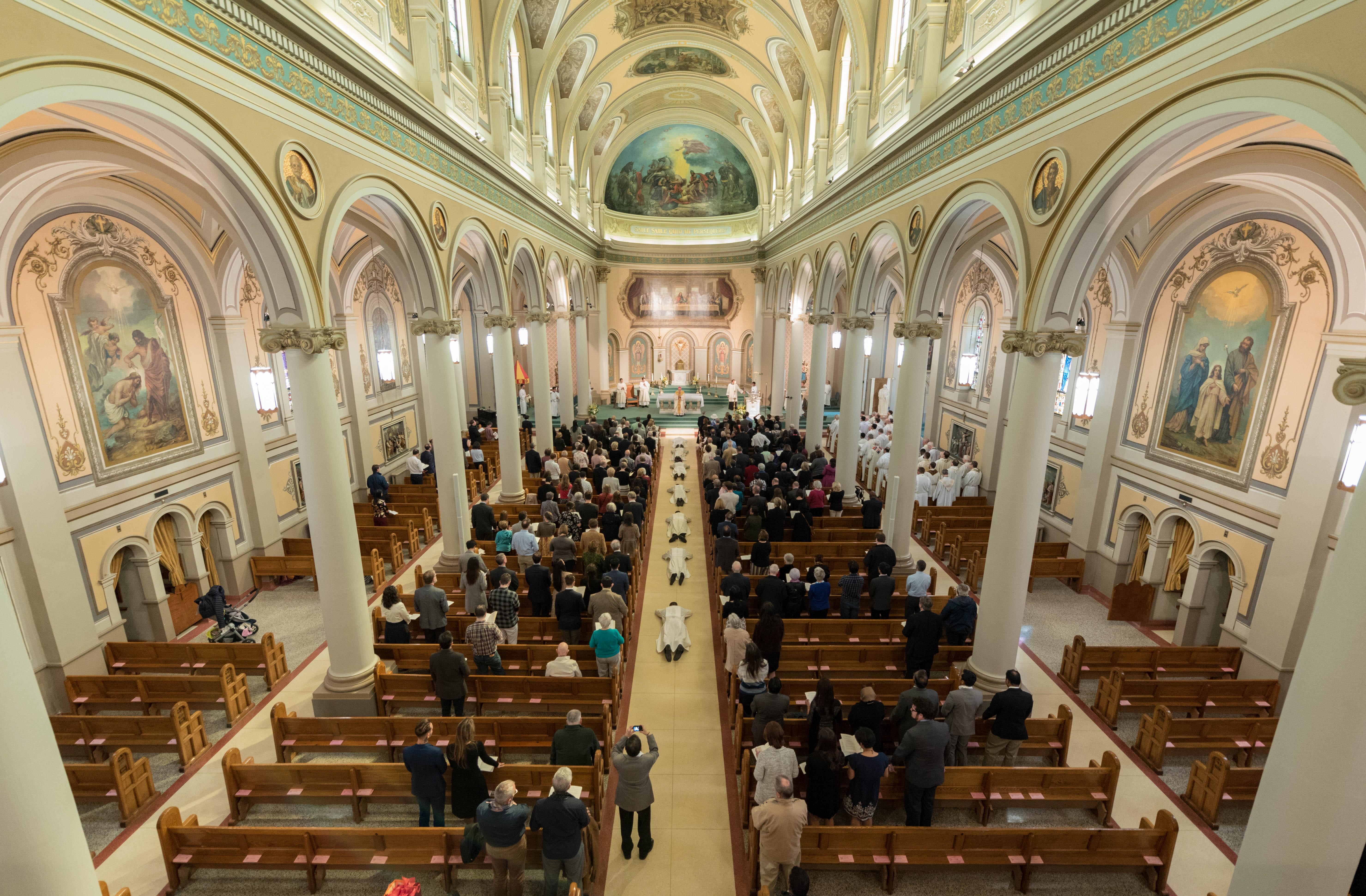 La Compagnie de Jésus accueille deux nouveaux prêtres et cinq diacres à Toronto