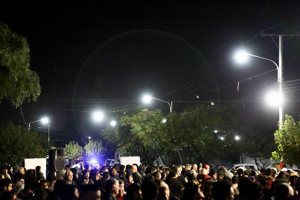 """2019-05-15 PRENSA: El Gobernador """"Uñac"""" inauguró obras de iluminación led y entregó escrituras de casas en Chimbas"""
