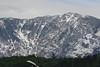 Spuren von Schnee auf den Bergen