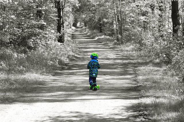 Junge Roller Waldweg