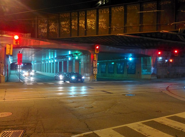 Moments at Dufferin on Queen, looking north (1) #toronto #parkdale #dufferinstreet #queenstreetwest #intersection #night #traffic