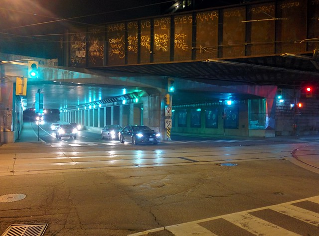 Moments at Dufferin on Queen, looking north (2) #toronto #parkdale #dufferinstreet #queenstreetwest #intersection #night #traffic