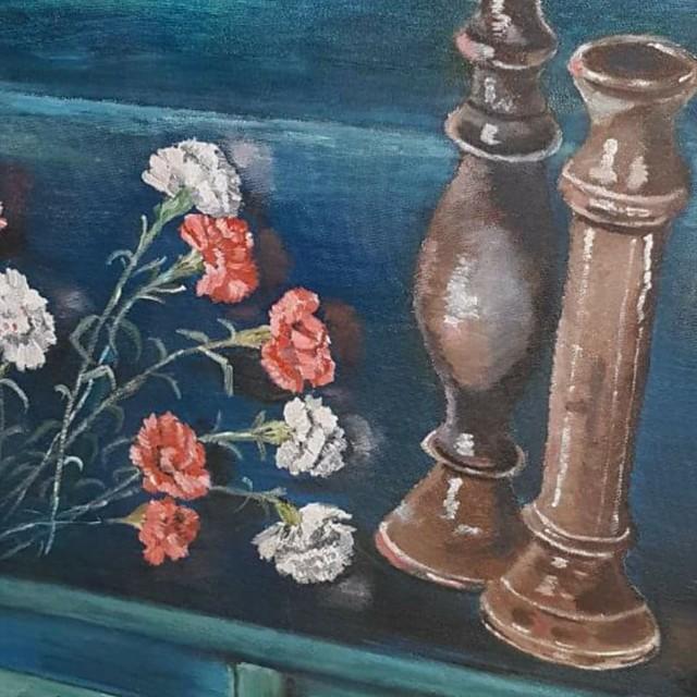 טבע דומם פמוטים על שידה מעץ פרחי ציפורן ציור פרידה פירו ציירת ישראלית אמנית ישראלית ציירות אמניות עכשוויות ישראליות