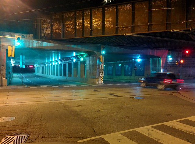 Moments at Dufferin on Queen, looking north (4) #toronto #parkdale #dufferinstreet #queenstreetwest #intersection #night #traffic