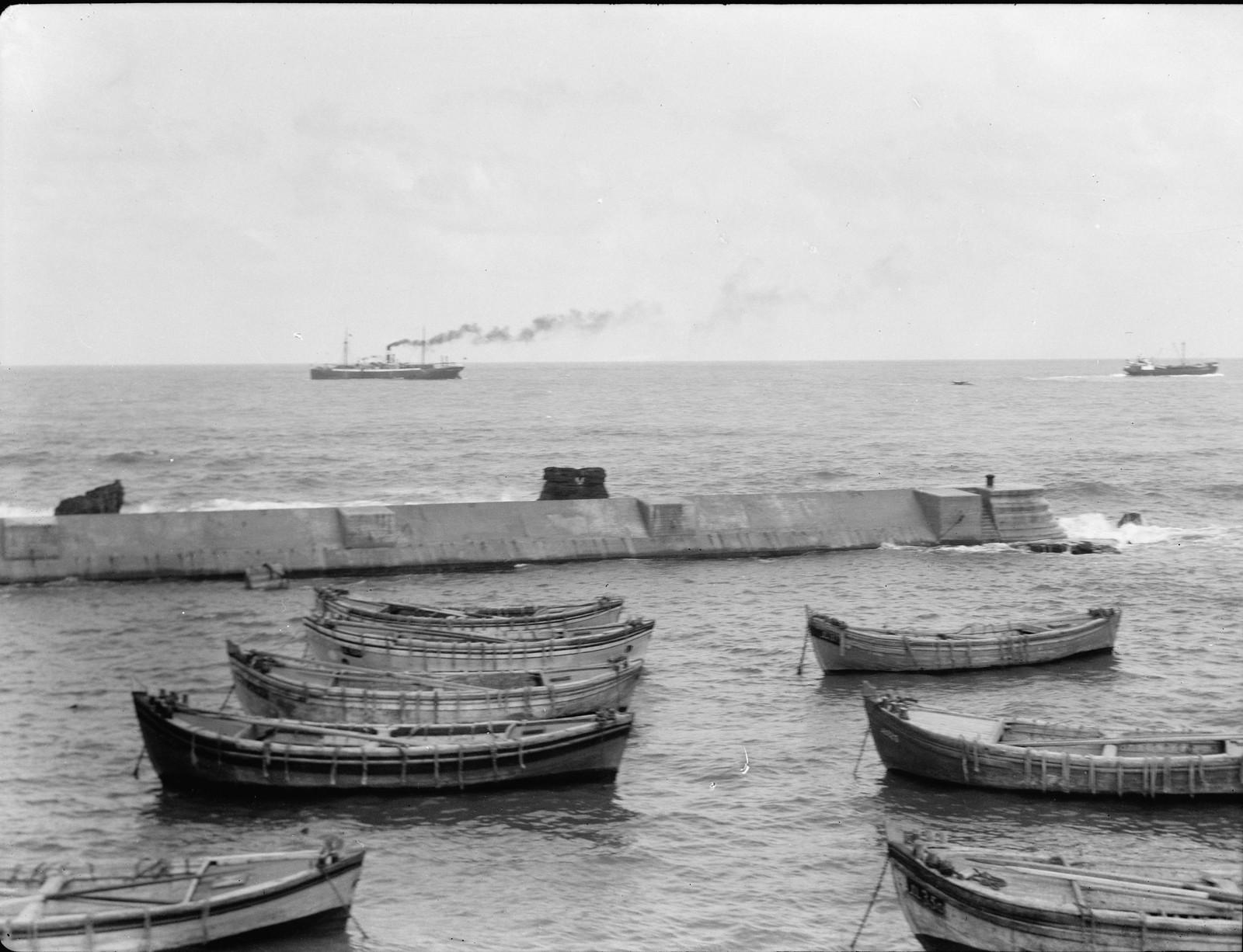 06. Грузовое судно, покидающее порт Яффо, будет вразгружено на пристани в Тель-Авиве