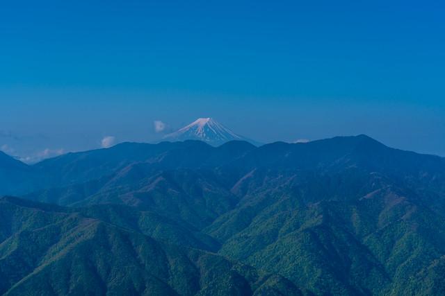 大菩薩連嶺から富士山が聳える@露岩のピーク