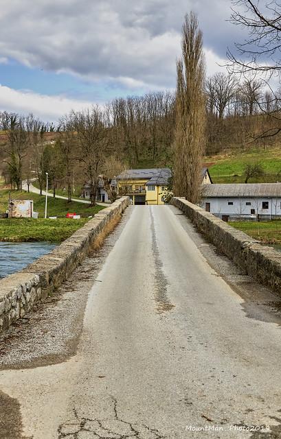 Stari kameni most preko Dobre u Novigradu