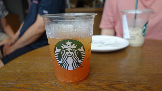 在星巴克中正河北門市喝蜜柚紅茶