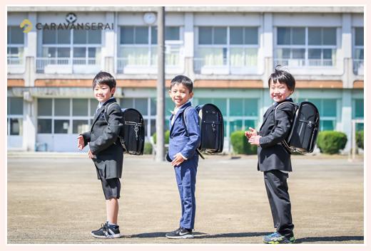 新小学1年生の男の子三人 スーツを着て